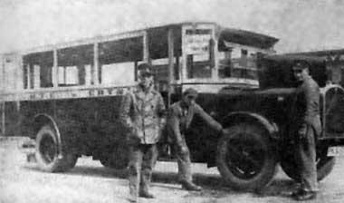 Autobus markiSaurer liniiGdynia Port-Oksywie przed garażamiMTK przy ul. Gdańskiej 29 (1931 r.)