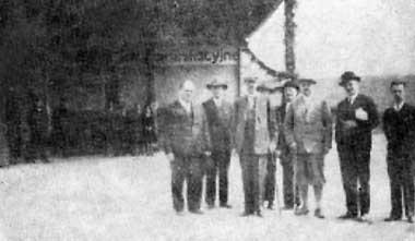 Minister Eugeniusz Kwiatkowskiz wizytš w garażach MTK; pierwszy od lewej - dyrektor MTK inż. Jakub Goldhart (?)